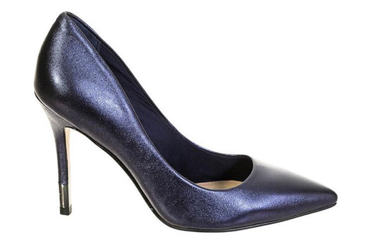Zapatos de tacón. Salón azul metalizado