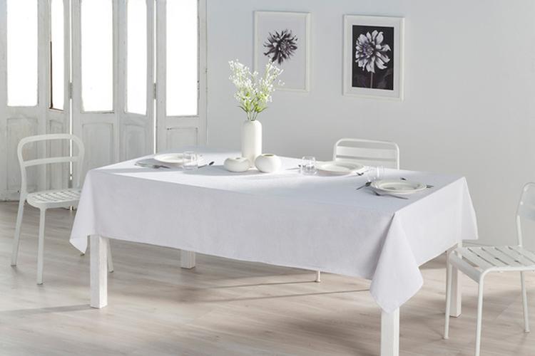 Decoración con lino. Mantel blanco