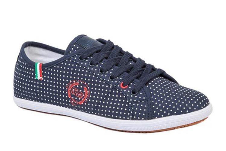Sneakers para verano. Deportivas azules a lunares