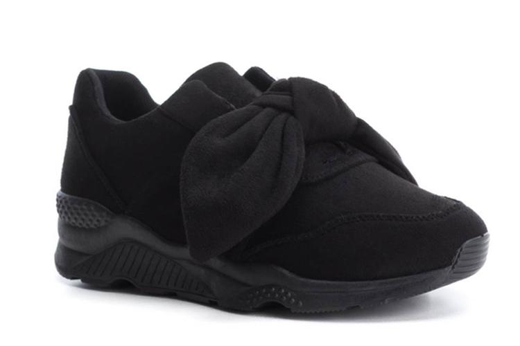 Botas negras. Deportivas negras