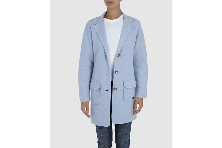 Prendas de abrigo. Abrigo azul clarito