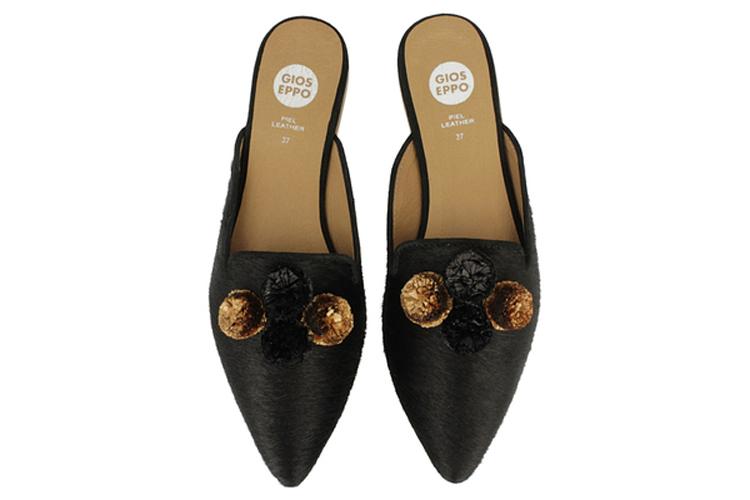 Zapatos para otoño. Mules con pompones