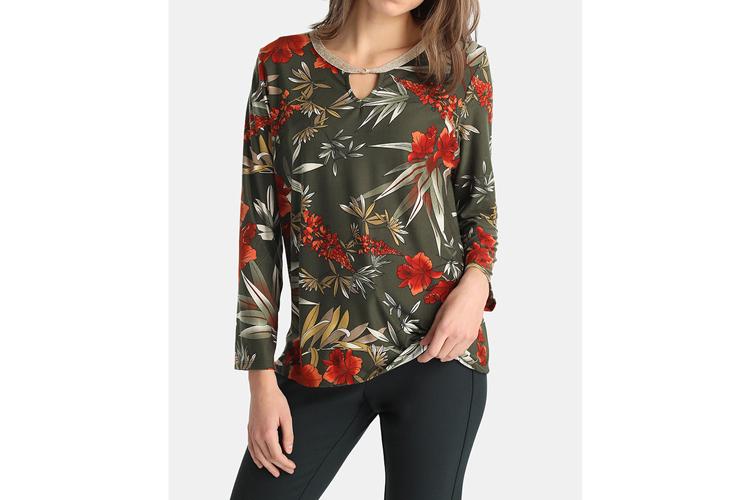 Estampado de flores. Camiseta verde con flores rojas