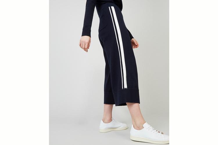 Rodier. Pantalón azul marino con raya blanca
