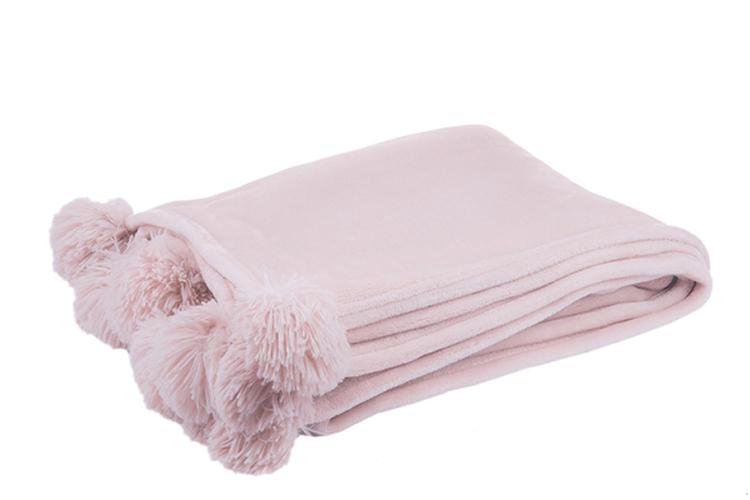Decoración Estilo Nórdico. Manta rosa con pompones