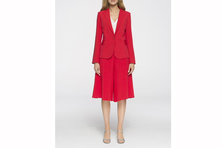 Trajes de chaqueta. Traje de falda y americana roja