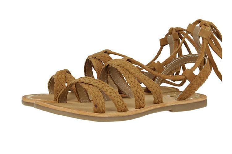 Calzado infantil. Sandalias marrones trenzadas