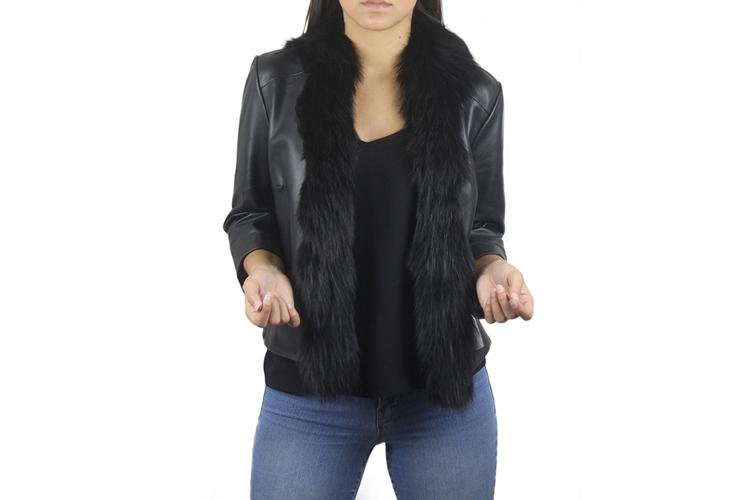 Zerimar. Chaqueta de piel negra con cuello de pelo