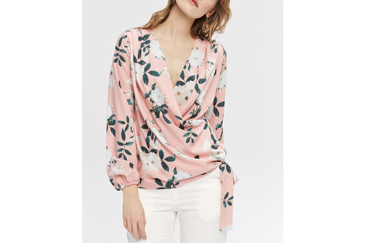 Zocha. Camisa rosa con flores