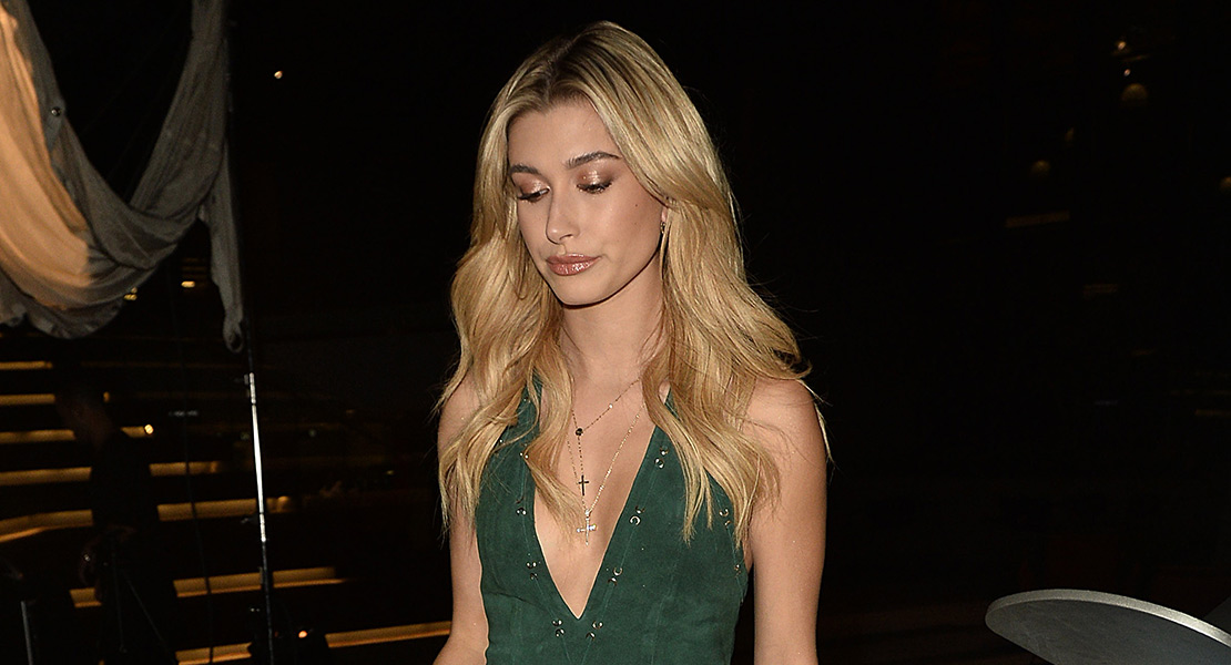 Hailey Baldwin total look de Revolve Clothing