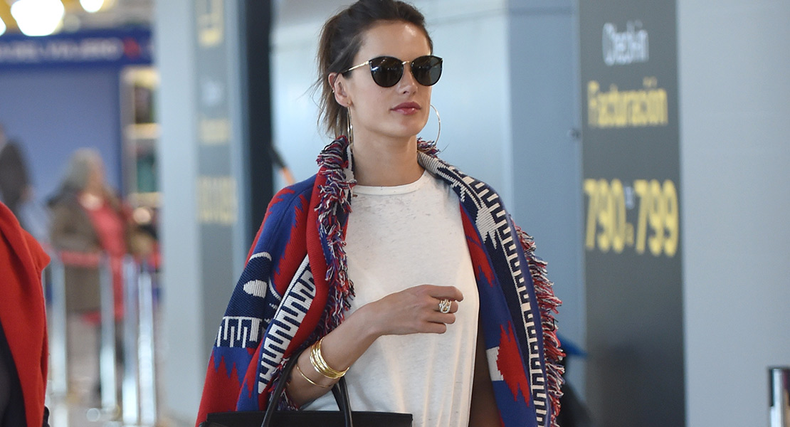 Alessandra Ambrosio looks de viaje de Revolve Clothing
