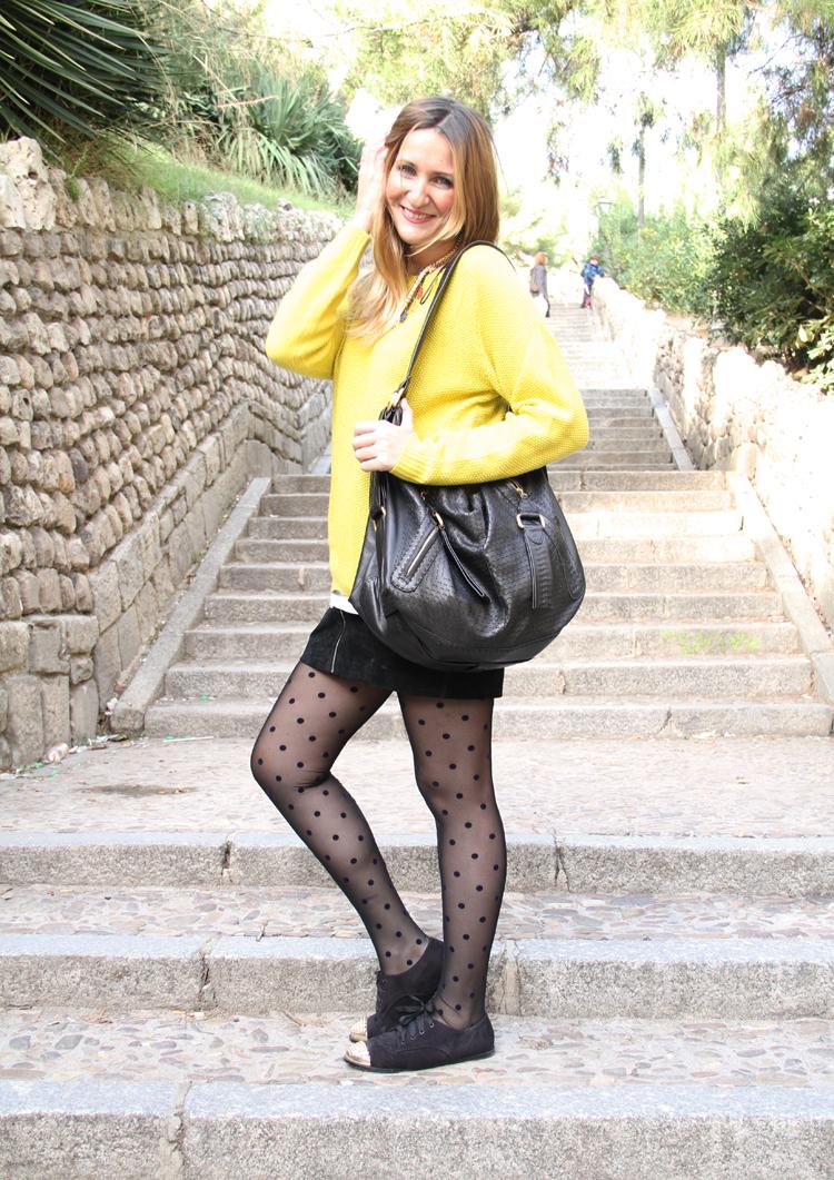 minifalda-negra-ante-jersey-mostaza-medias-plumeti