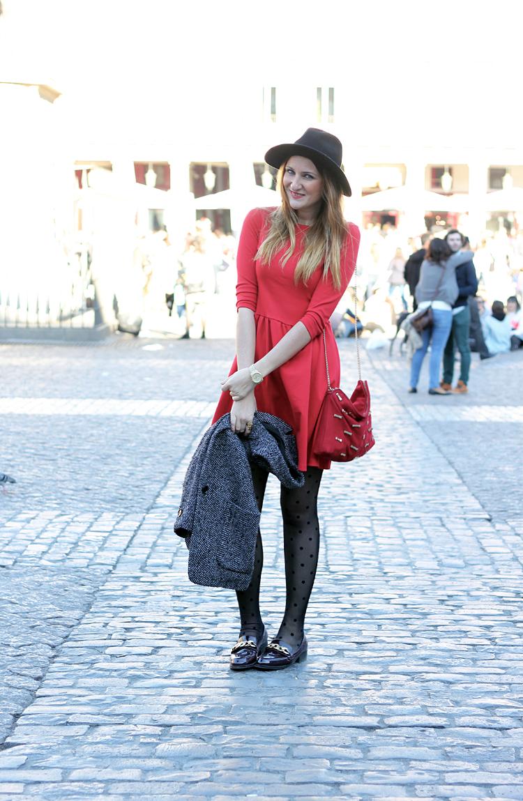 vestido-rojo-zapatos-cadena