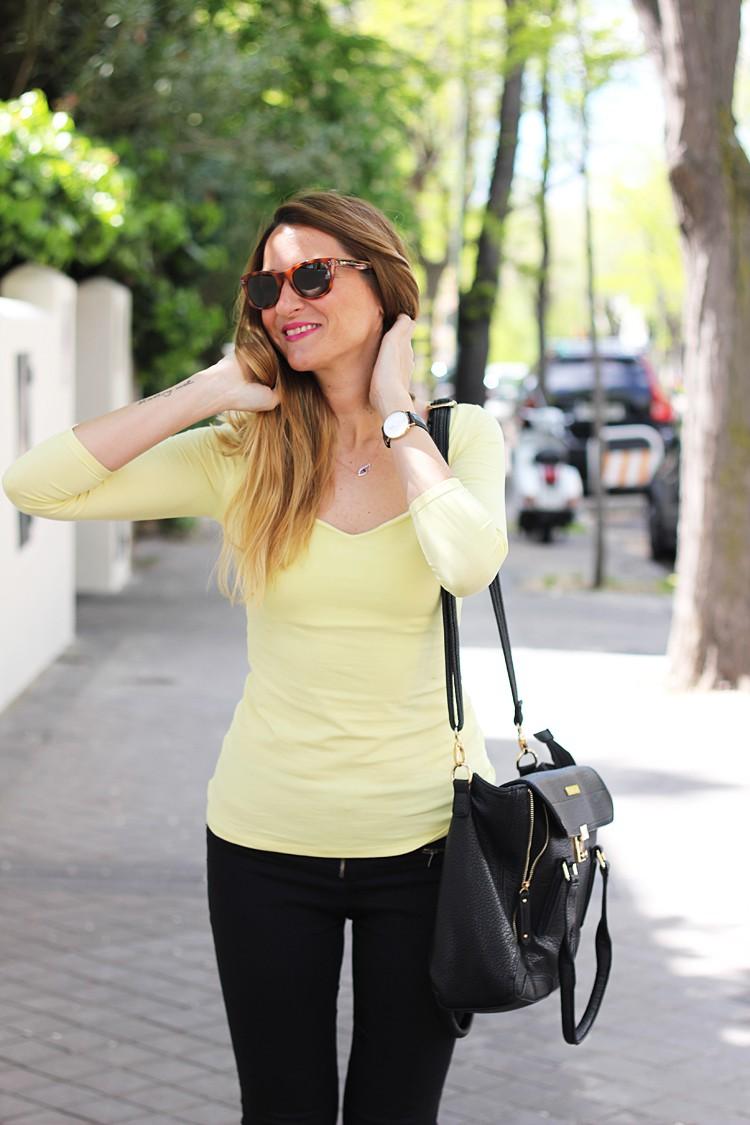 camiseta-amarilla_jeans-negros_zapatillas-siguemiestilo