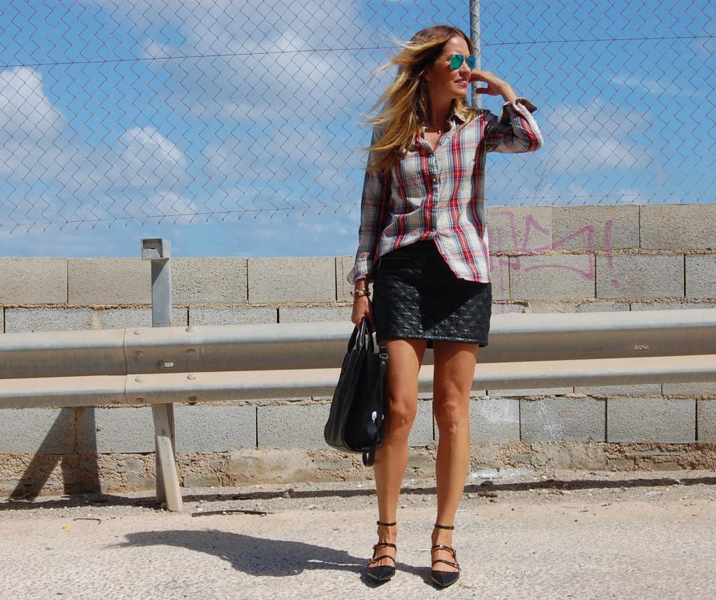 Photos by Xavi As Camisa / Shirt :  ZARA  ( AW  12 ) Falda / Skirt :  ZARA ( AW 12 ) Bolso / Bag :  ZARA  ( SS 13 ) Zapatos / Shoes :  ZARA  ( AW 13 ) Pulseras / Bracelets :  TORQUES COMPLEMENTOS ( COMPRAR AQUÍ ) ( AW 13 ) Colgantes / Hanging :  BERSHKA ( AW 13 ) Anillos / Ring :  ZARA  ( AW 13 ) Gafas / Sunglasses :  Aviator espejo RAY BAN Esmalte de uñas / Nail polish :  Mistral by CHANEL