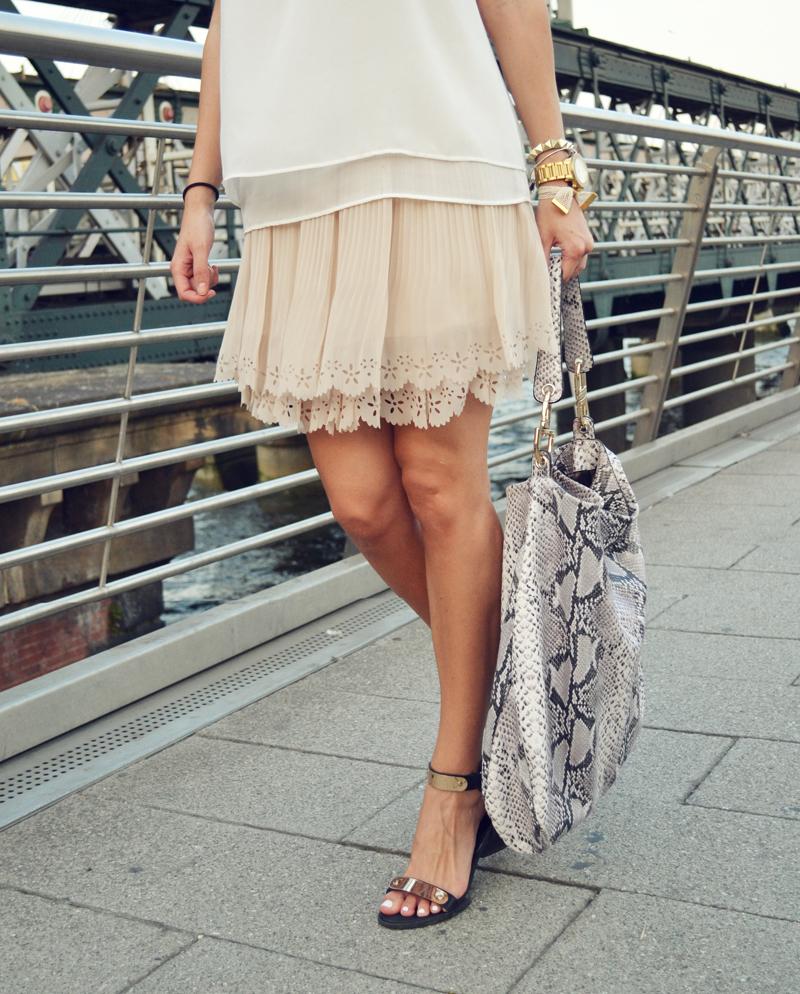 details lace skirt