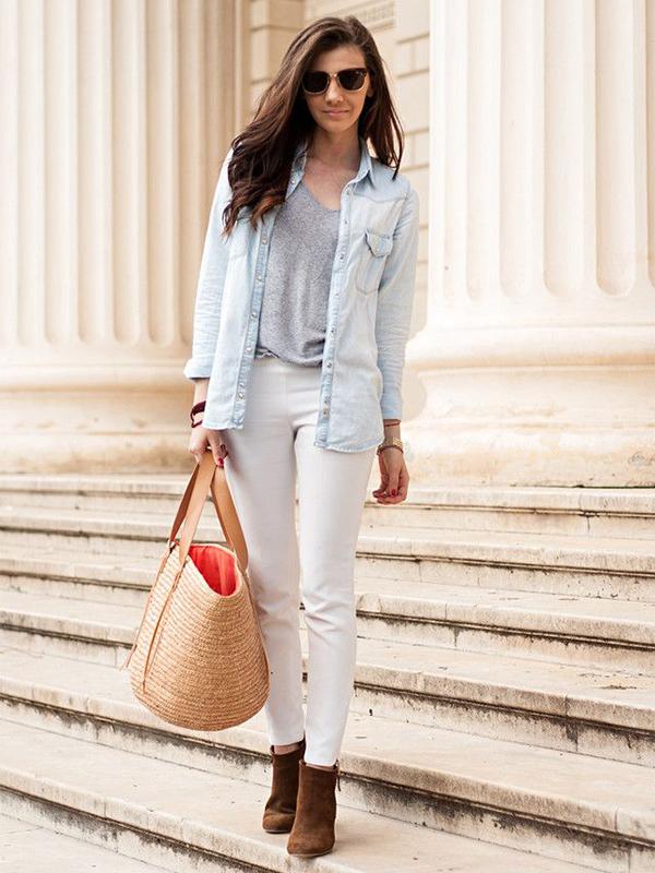 Pantalones blancos con bolso de paja