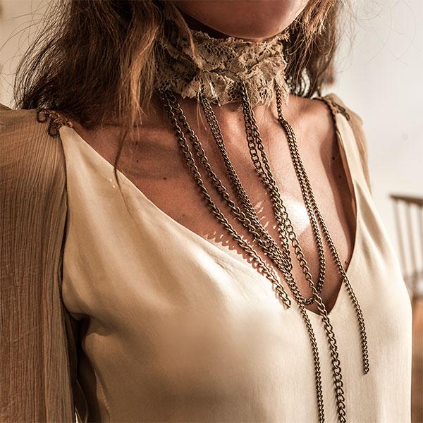 Detalles del vestido de invitada beige