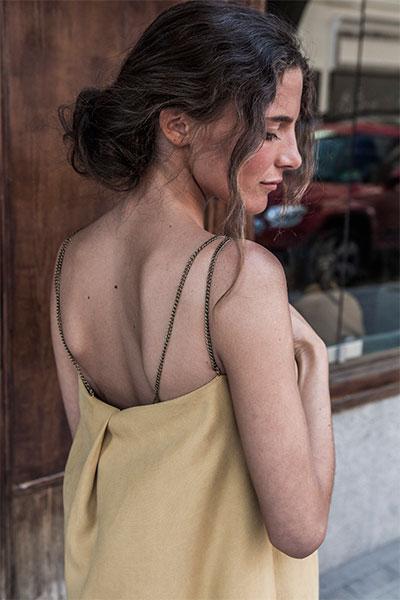 Vestido amarillo de tirantes de cadena