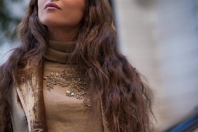 Jersey de cuello vuelto beige con bordados