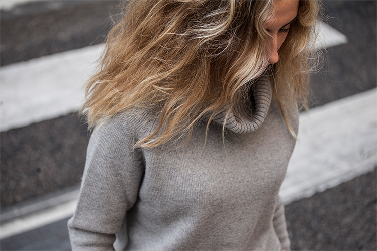 Jersey de cuello vuelto gris liso