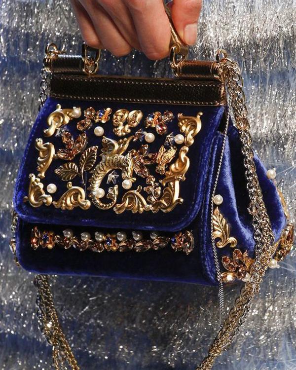 bolso azul con aplicaciones doradas