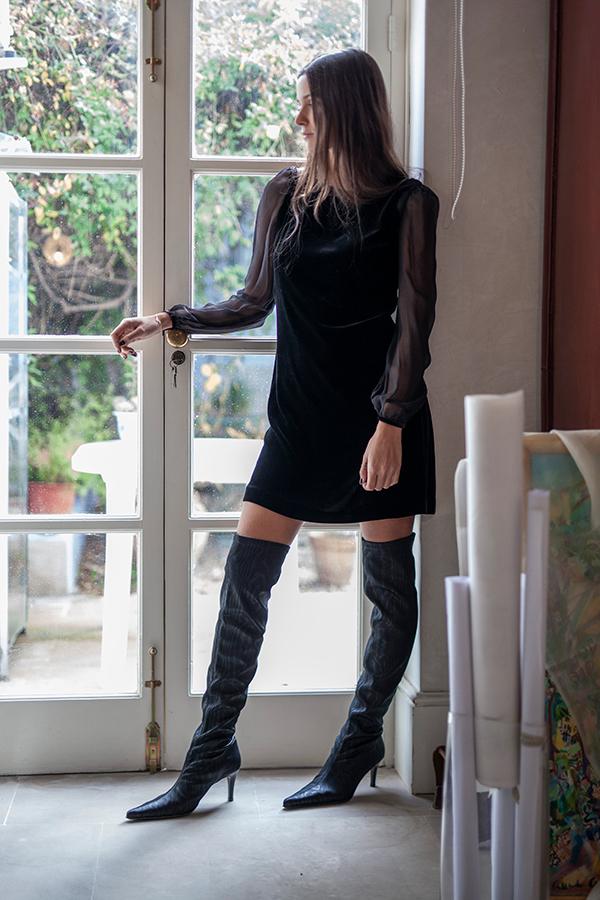 Vestido de terciopelo corto con mangas transparentes de T.ba