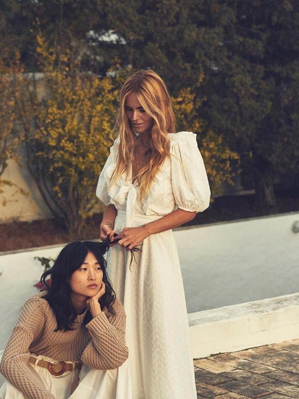 Blanca Miró con vestido blanco prendas vaporosas