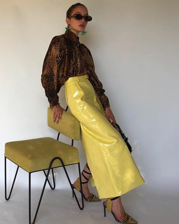 Emma Rowen prendas en color amarillo influencer