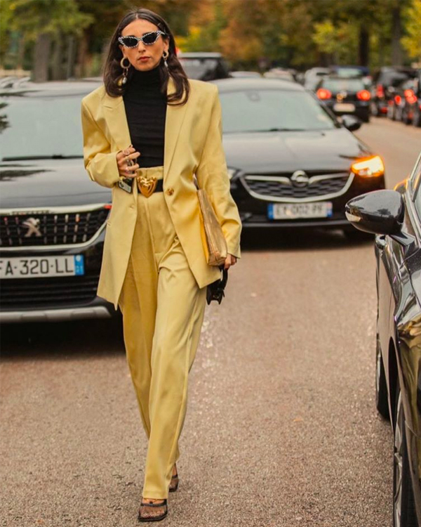 prendas en color amarillo influencer