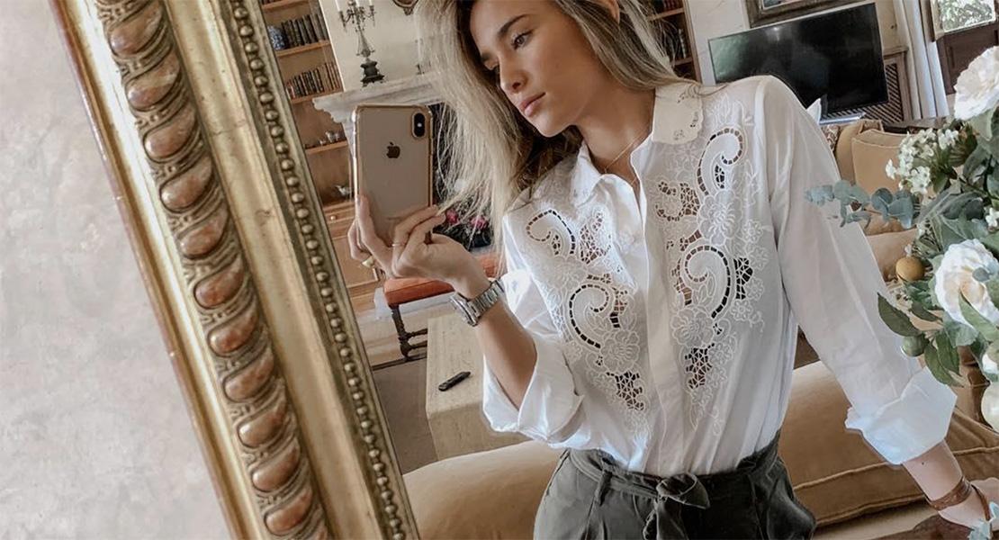 María Pombo con blusa blanca