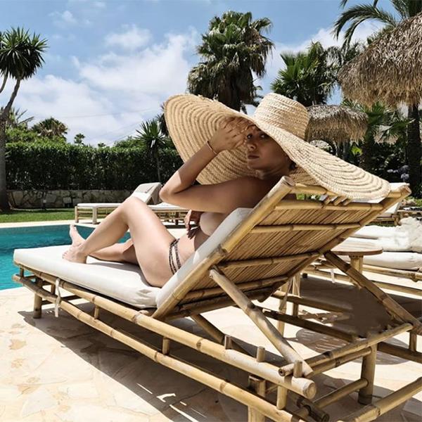Blanca Suárez con pamela en la piscina