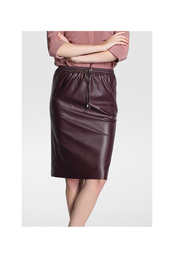 Falda de polipiel burdeos