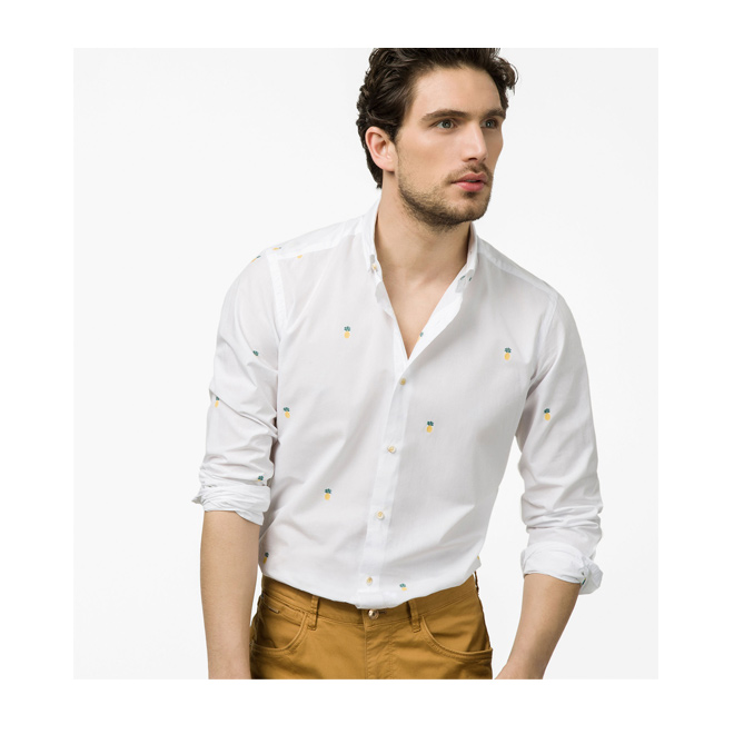 Camisa blanca con piñas