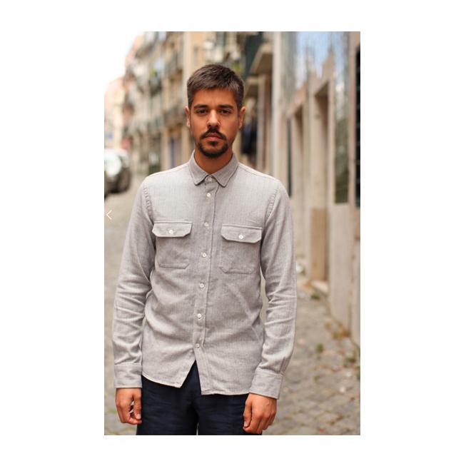 Camisa gris con doble bolsillo
