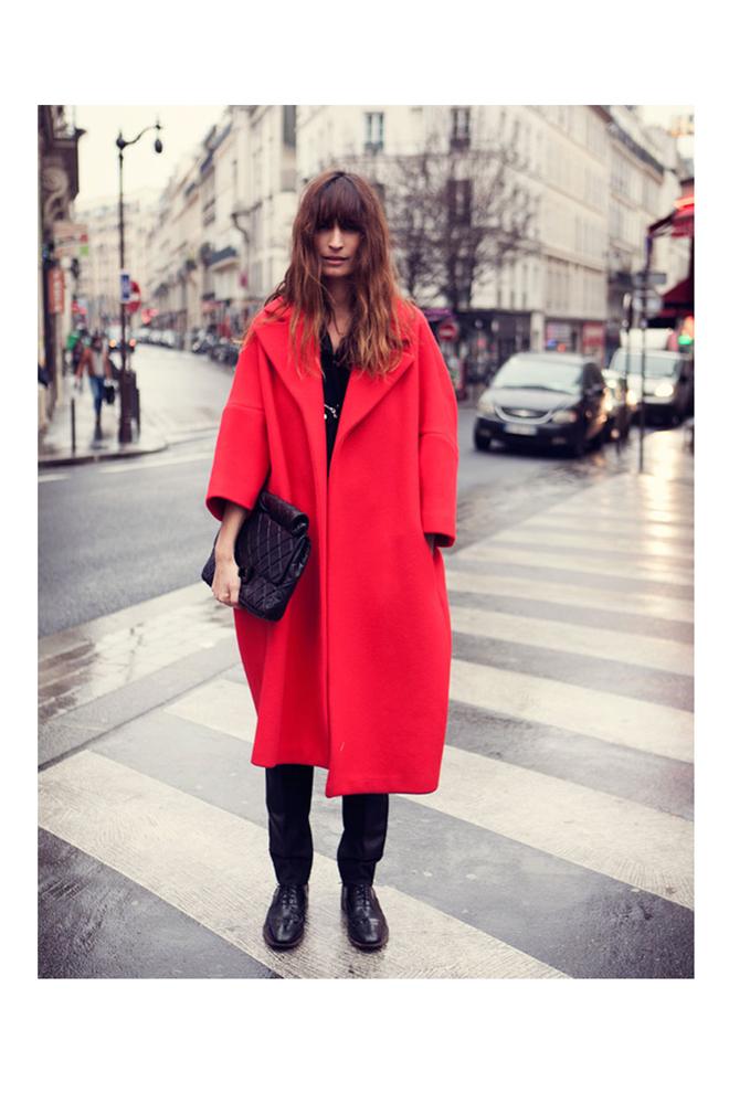 Caroline con abrigo rojo
