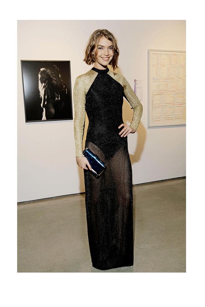 Arizona Muse con vestido de lurex
