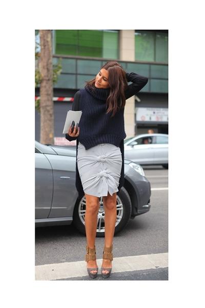 Falda corta y jersey maxi