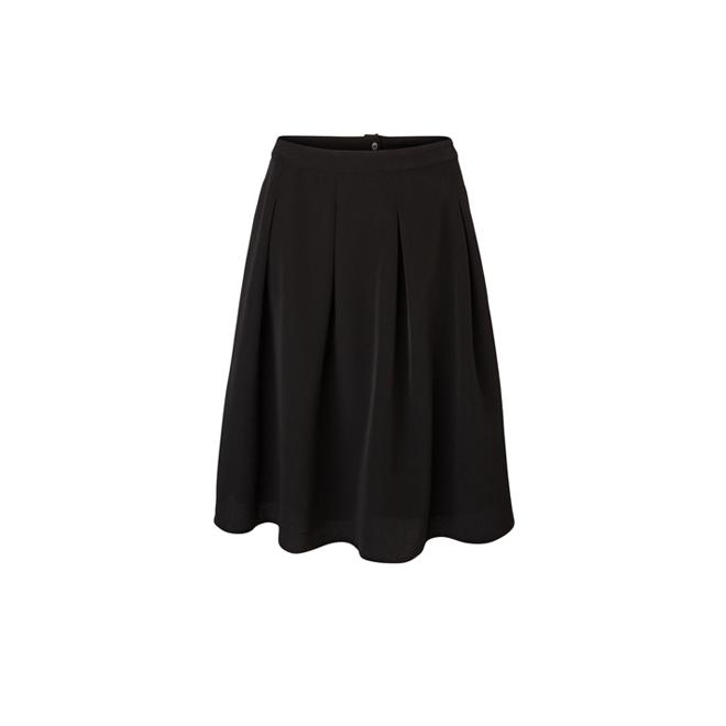 Falda negra por la rodilla