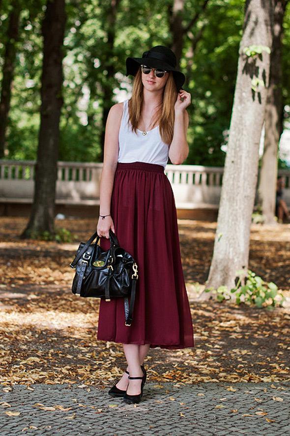 estilismo chica camiseta blanca falda vino