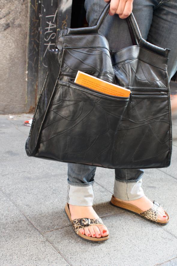 chica bolso grande piel zapatillas leopardo