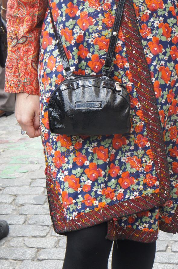 estilismo chica abrigo bolso negro