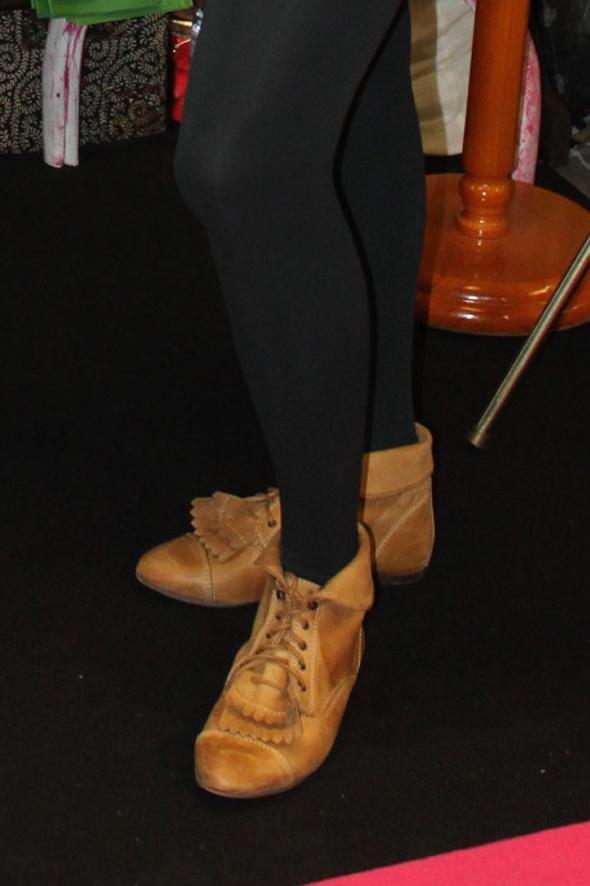 medias botas amarillas piel