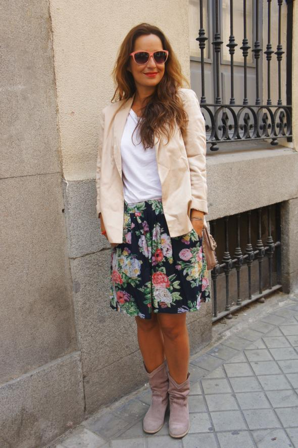 estilismo chica falda flores blazer
