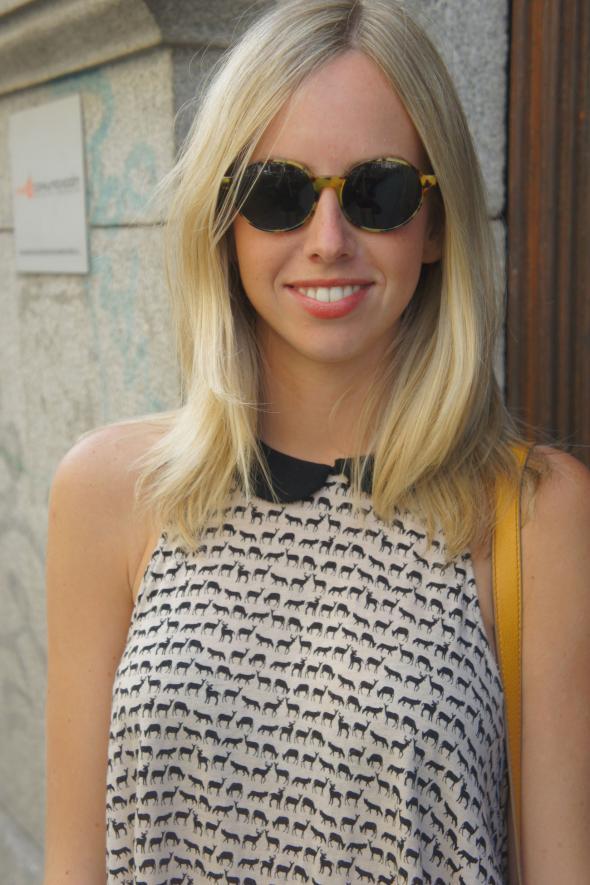 estilismo chica rubia gafas sol