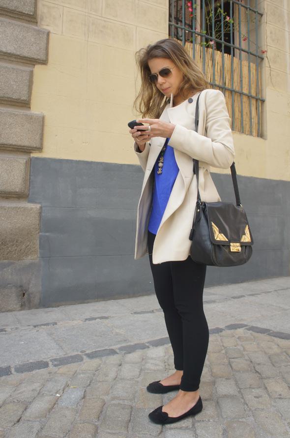 chica estilismo abrigo blanco