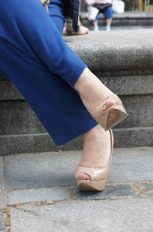 street style pantalón azul peep toes