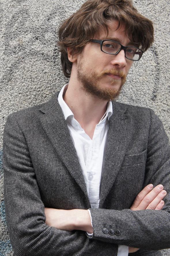 americana camisa blanca gafas