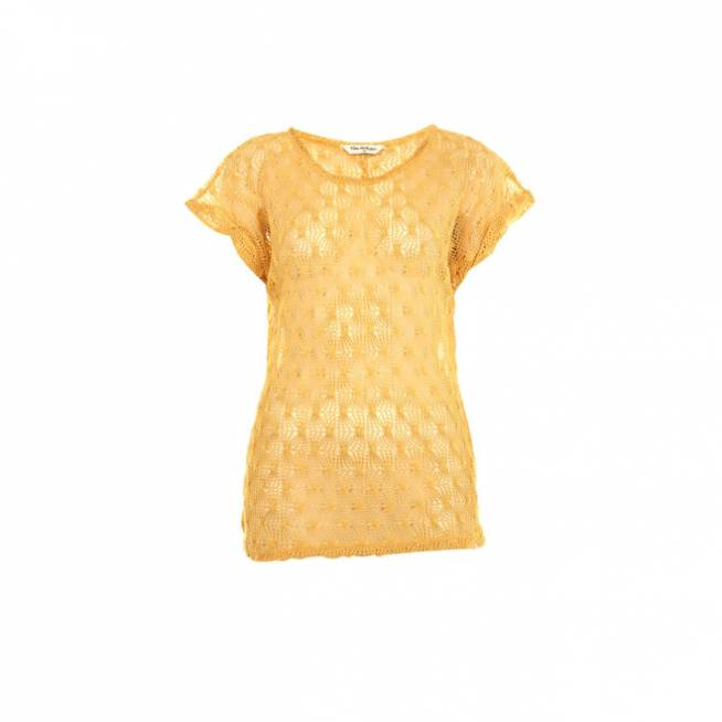 Camiseta naranja con mangas mariposa