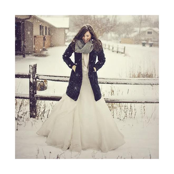 Novia con abrigo azul